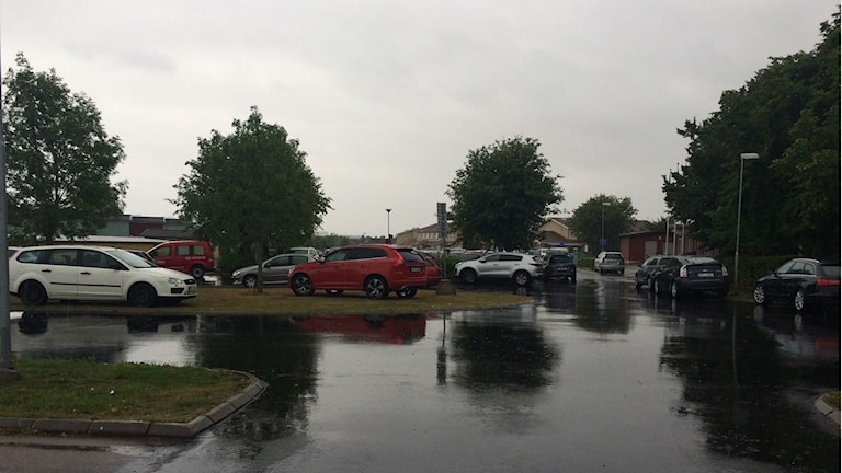 Bilar utanför skola