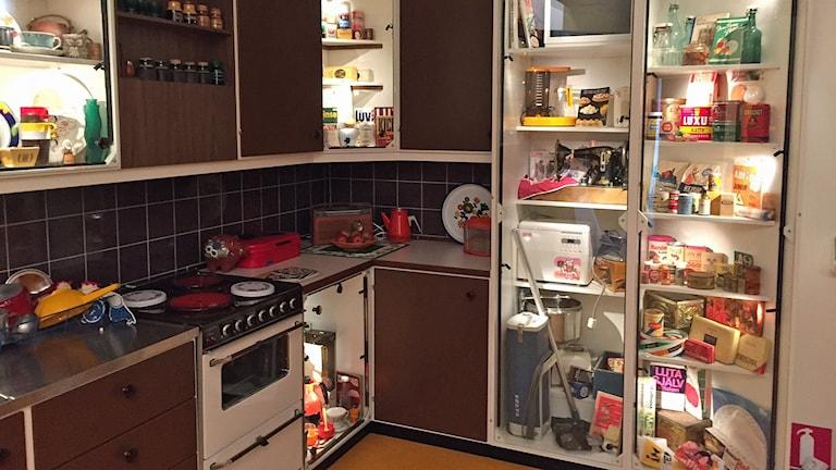 Ett tidstypiskt kök har byggts upp på utställningen.