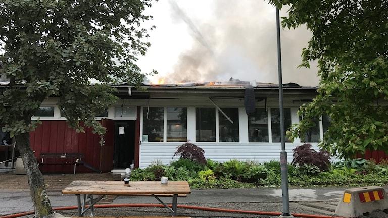 Bild från branden i Råbybadets kontorsbyggnad.
