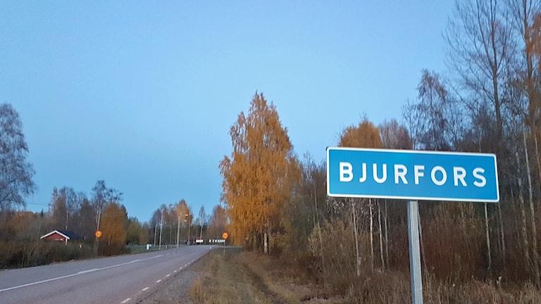Invånarna i byn Bjurfors i norra delarna av Västmanland vill byta kommun och län.