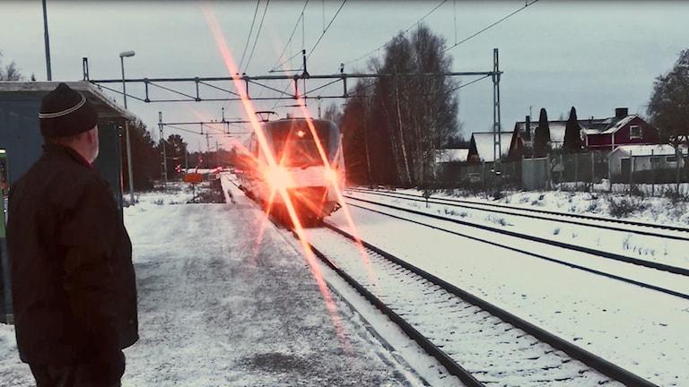 Tåget rullar in i Ransta.