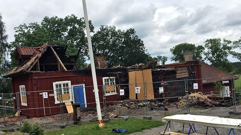Taket förstördes helt i branden på Westsura Herrgård.