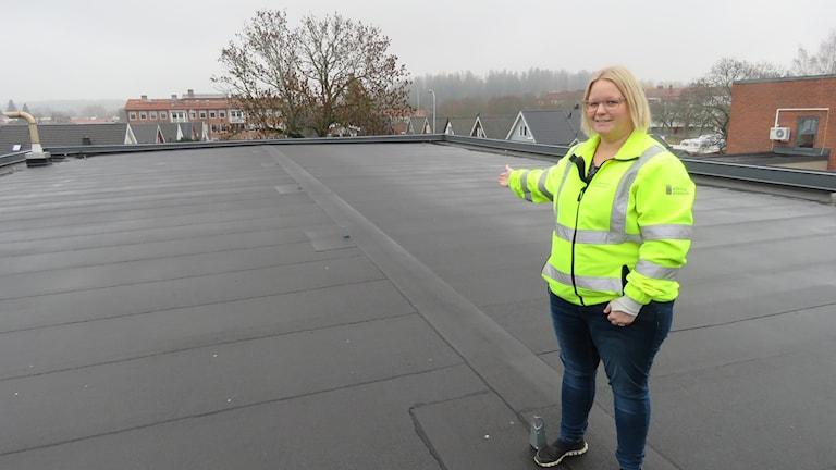 Jenny Salminen, projektledare på vatten-och avloppsavdelningen på Köpings kommun, uppe på vattenverkets tak.