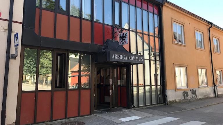 Entrén till Arboga kommunhus.