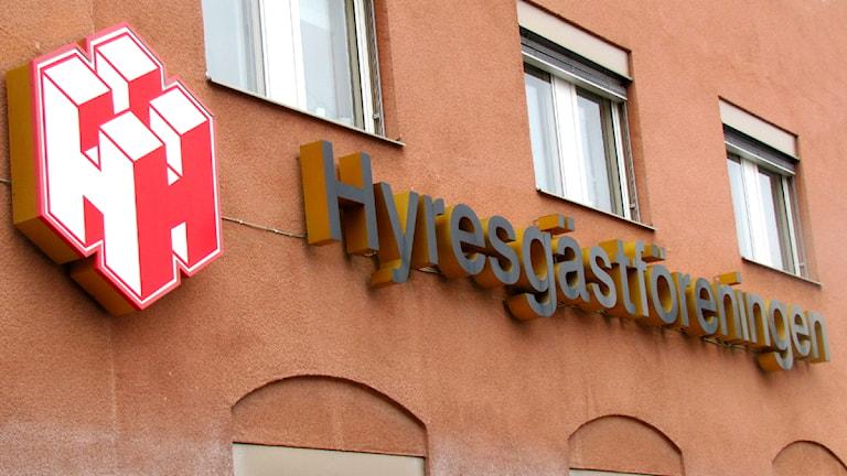 Hyresgästföreningens logga på föreningens lokal i Västerås. Foto: Ida Nilsson/SR Västmanland
