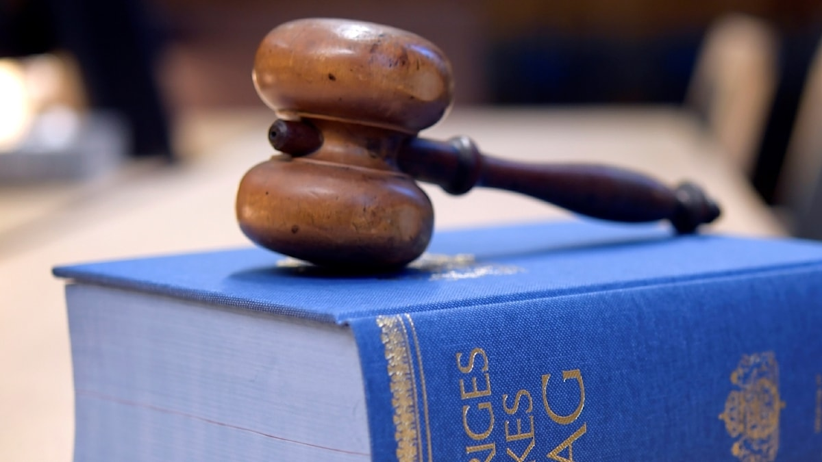 En lagbok ligger på ett bord i en domstol.