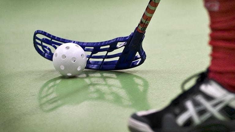 Innebandyklubba och boll. Foto: Claudio Bresciani/SCANPIX