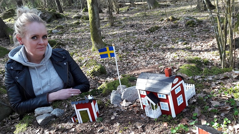 Malin Karlsson har placerat ut minihus av glasspinnar på sex platser längs med motionsspåret på Björnö.