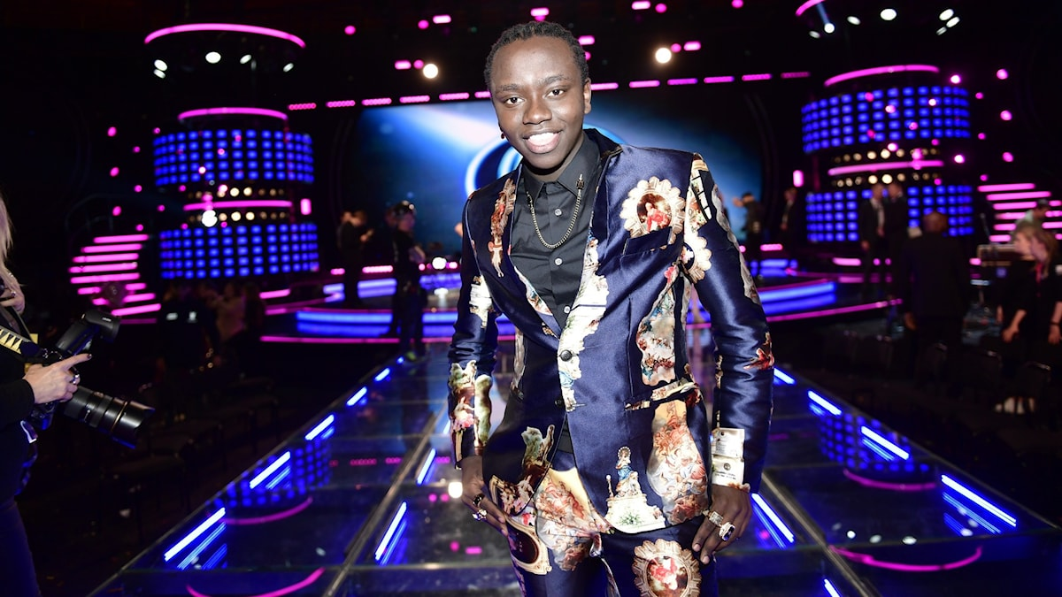 En man som står på en scen.