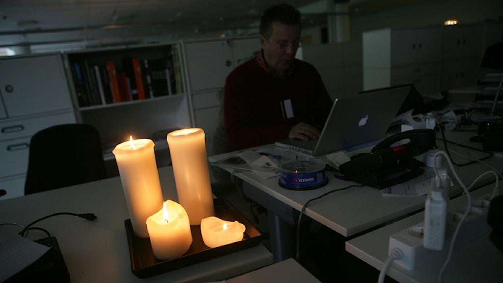 Levande ljus och batteridriven dator kan vara räddare i nöden vid strömavbrott.