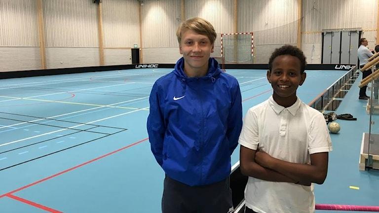 15-åringarna Hannes Larsson och Ben Hur i Frida Hansdotter Arena i Norberg.