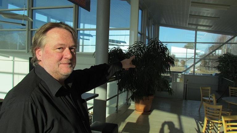 Flygplatschefen Mikael Nilsson pekar mot den nya ankomsthallen på Hälla. Foto Terje Lund SR Västmanland