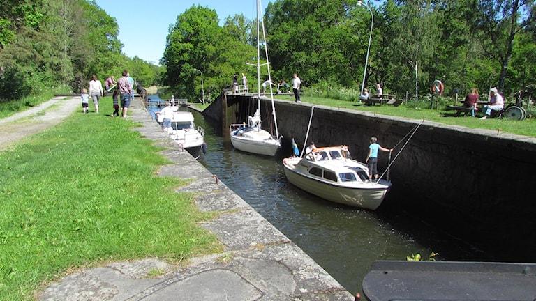 Båtrafik på Hjälmare kanal.