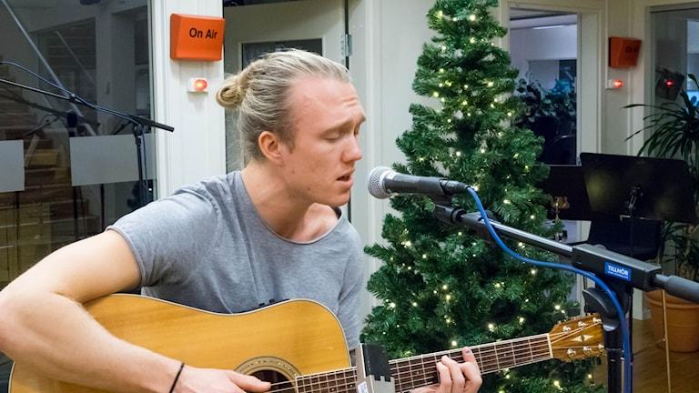Noah spelar live på Radioscenen.