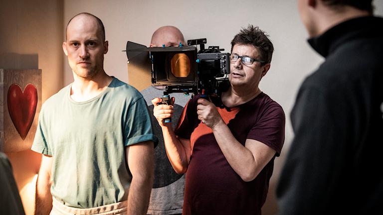 Skådespelaren Mårten Svedberg och filmaren Robert Reinholdsson (till höger) under filminspelningen.