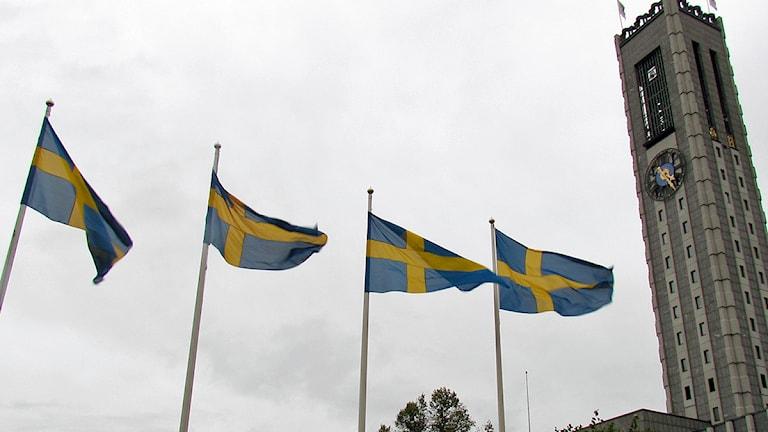 Flaggor vid stadshustornet i Västerås. Foto: Sveriges Radio.