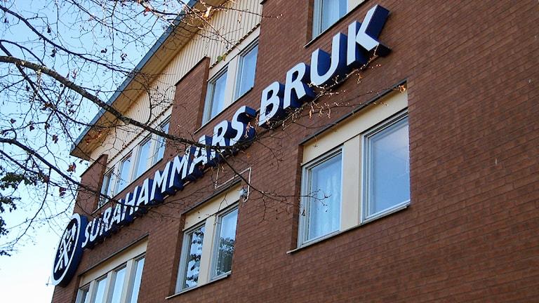 Tegelfasad med logga och text Surahammars Bruk. Foto: Linnéa Pettersson/SR.