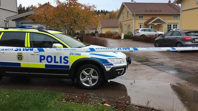 Polisen är på plats och kvarteret är avspärrat.
