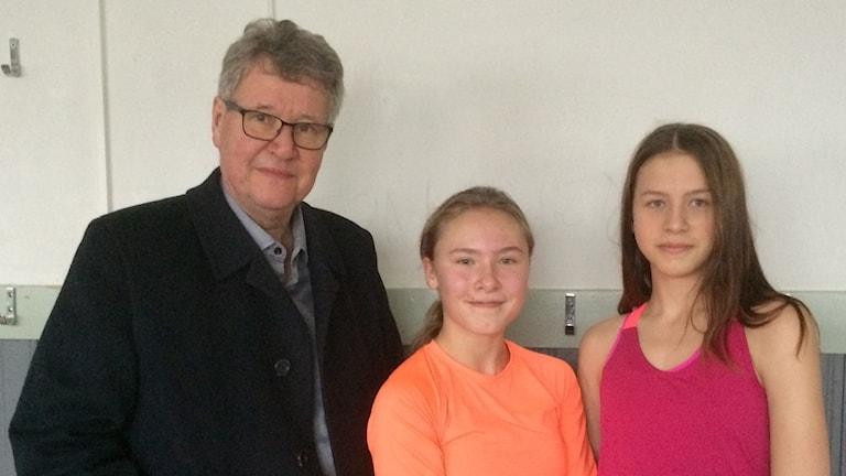 Rektor Ragnar Larsson samt eleverna Wilma Saaw och Ida Eklund är alla nöjda med de ombyggda duscharna i Karlbergshallen i Köping.