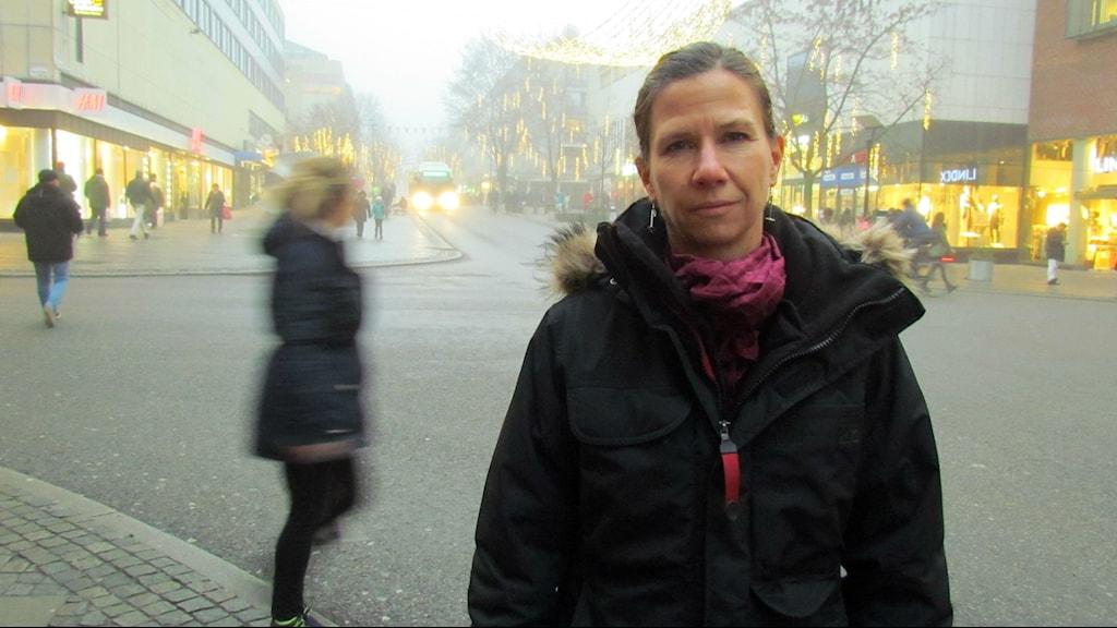 Carin Lidman (S) med Vasagatan i bakgrunden. Foto: Marcus Carlsson/Sveriges Radio.