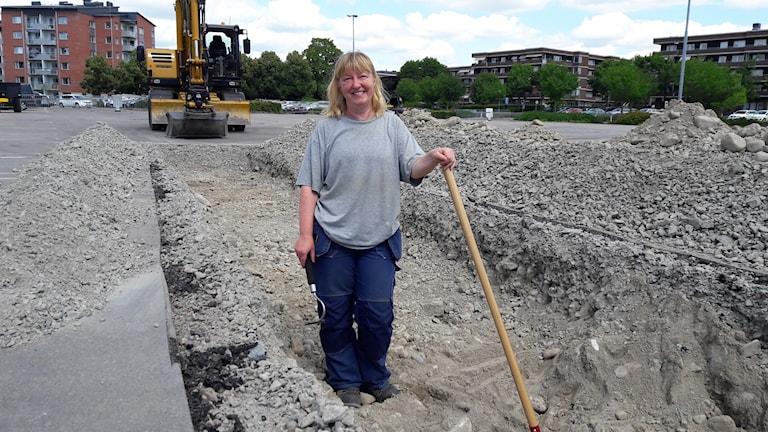 Arkeologen Annika Ramström säger att hon har världens bästa jobb. På parkeringen i Köping har de hittat Jämmertunagatan som är 100 år.