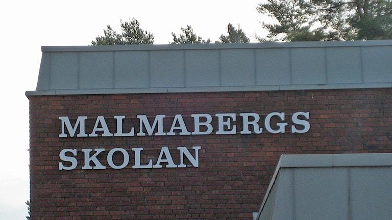Malmabergsskolans fasad med skolans namn. Foto: Linnéa Pettersson/Sveriges Radio.