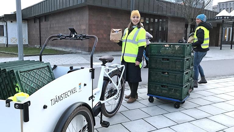 Västerås stad delar ut frukostpåsar till cyklister.