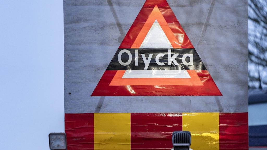 Skylt som varnar för olycka på en av räddningstjänstens bilar.