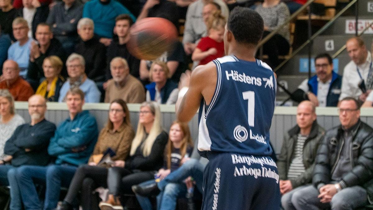 Köpings Stars Cleveland Jackson Jr tar emot bollen.