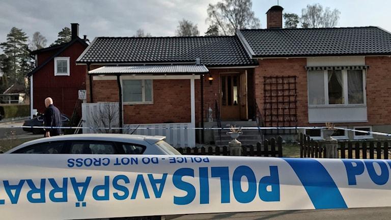 BOKAD tele 8.40 presstalesperson Johan Thalberg 010-5676720.  (IPåa)  Inatt har alltså polisen rykt ut till köping där en skarpladdad handgranat verkar ha kastats in genom ett fönster...