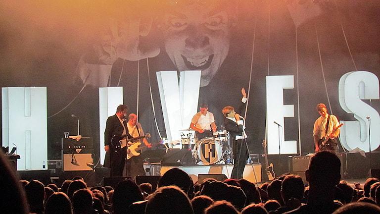 The Hives på scenen i Fagersta. Foto: Marcus Carlsson/Sveriges Radio.