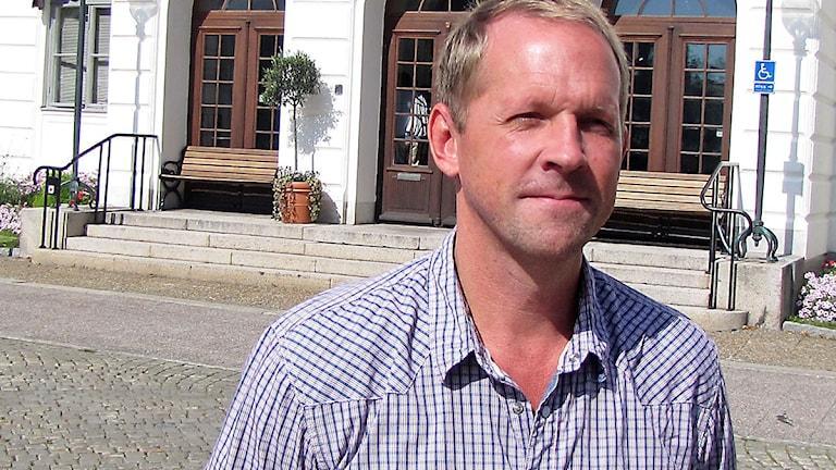 Roger Eklund framför Rådhuset i Köping - innan utbyggnad av trappan. Foto: Kennet Lindquist/Sveriges Radio.