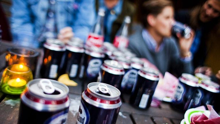 Ungdomar dricker öl på fest. Foto: Tor Johnsson/Scanpix