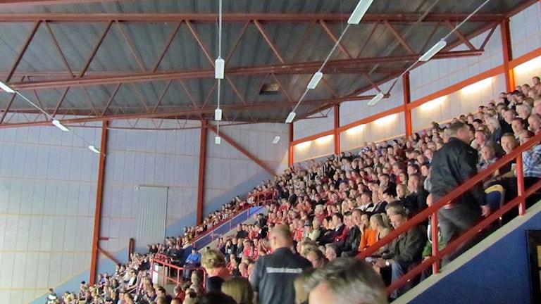 Fullsatt läktare i Bombardier Arena under Handbollsderbyt. Foto: Samira Jonsson/Sveriges Radio.