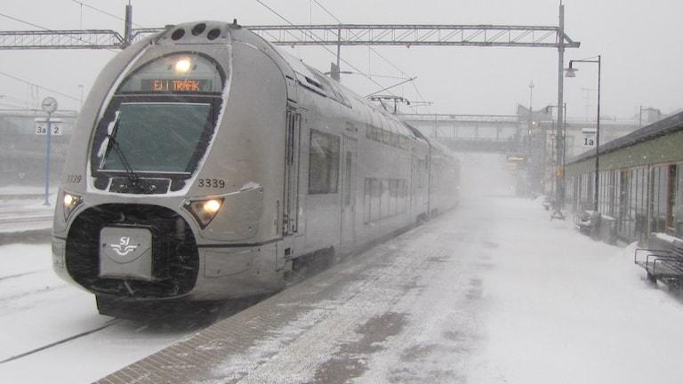 Tåg i snöoväder. Foto: Patrik Åström/Sveriges Radio.