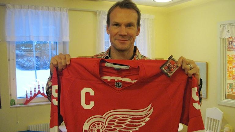 Nicklas Lidström gav bort en matchströja till avdelningen
