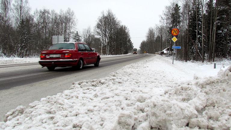 Bil på snöig väg utanför Sala / Foto: Kristin Axinge Jaslin