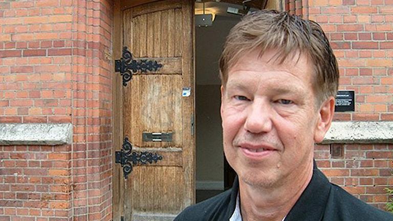 Skolchefen Tomas Aronsson utanför Västerås folkhögskola. Foto: Helena Lund/Sveriges Radio