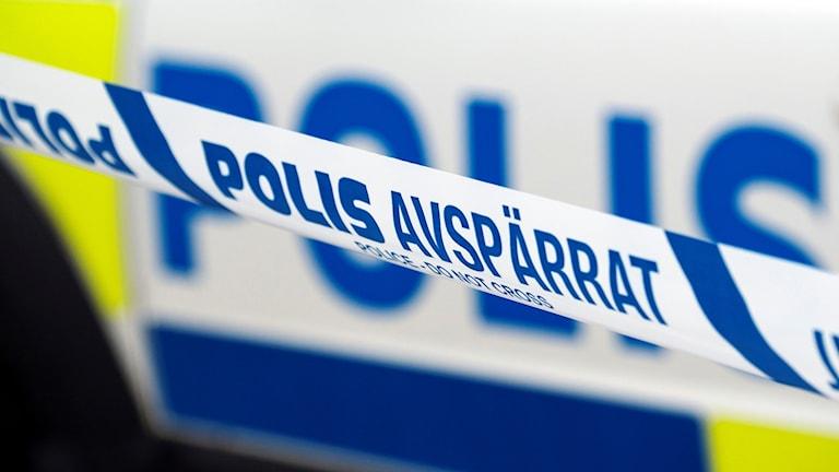 Band som visar att polisen spärrat av ett visst område.