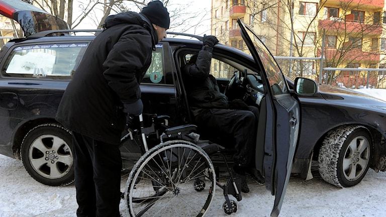 Äldre man med rullstol ska åka färdtjänsttaxi.