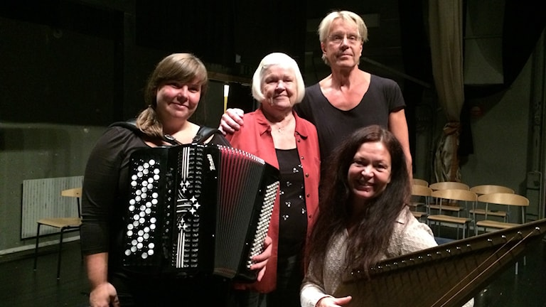 Kaino Svensson tillsammans med Sara  Fridholm, Marie Skönblom och Kalle Zerpe från Skottes musikteater.