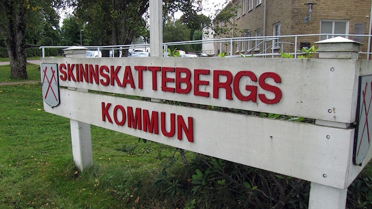 Skylten utanför Skinnskattebergs kommunhus