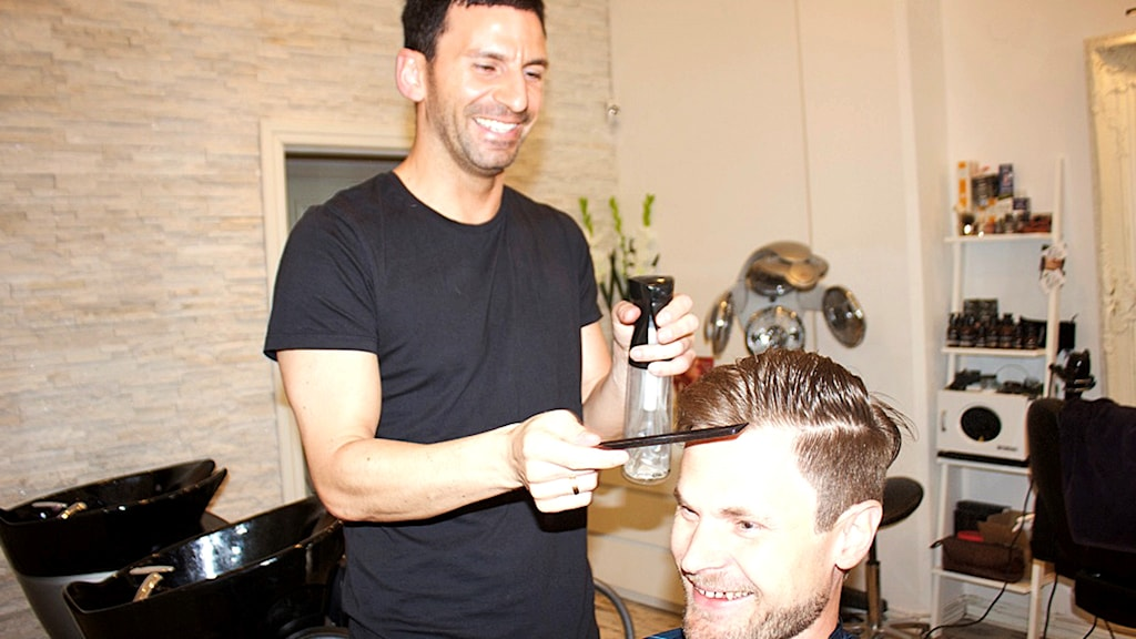 Henrik Samuelson hos sin frisör Emanuel Özel på salong Hair by EM.
