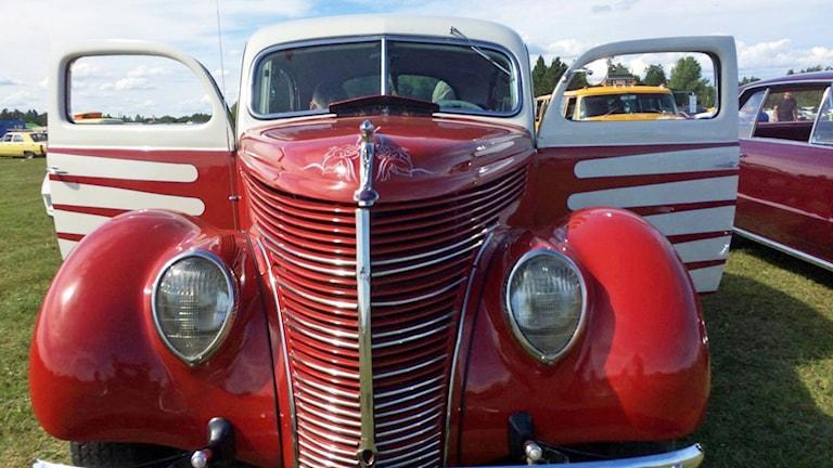 Röd skönhet på bilträffen.
