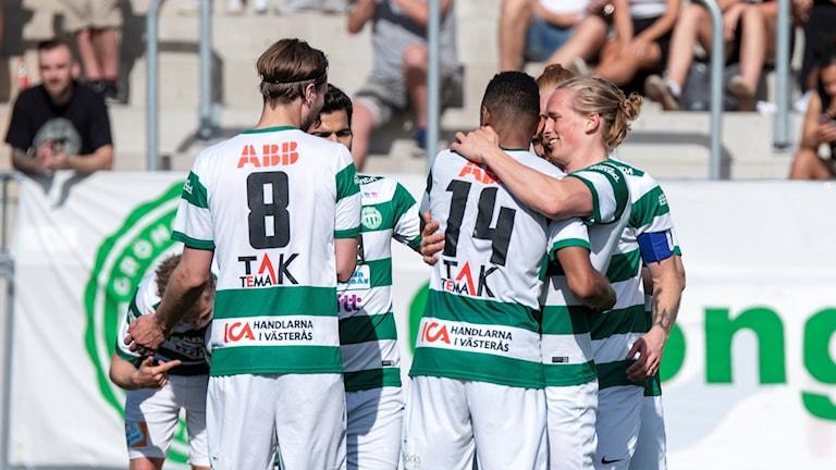 VSK Fotboll firar mål