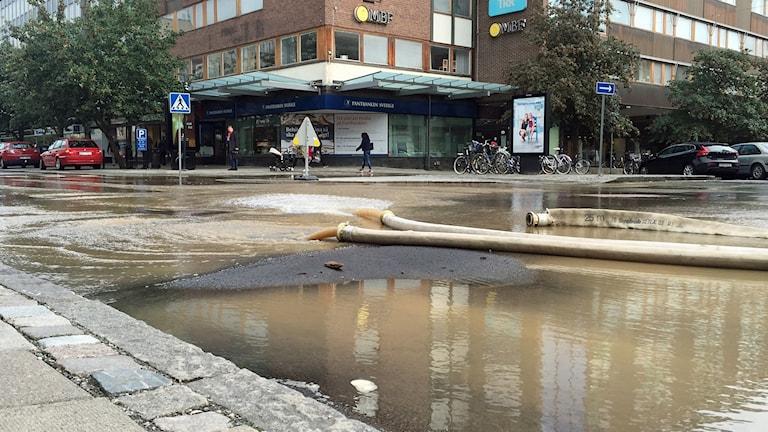 Vattenläcka på Stora gatan i Västerås.