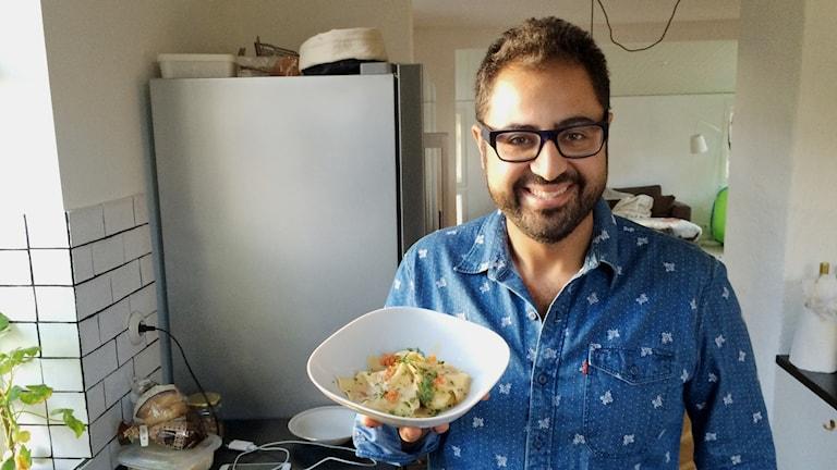 Radiokocken Amir Kheirmand med sin räkravioli.