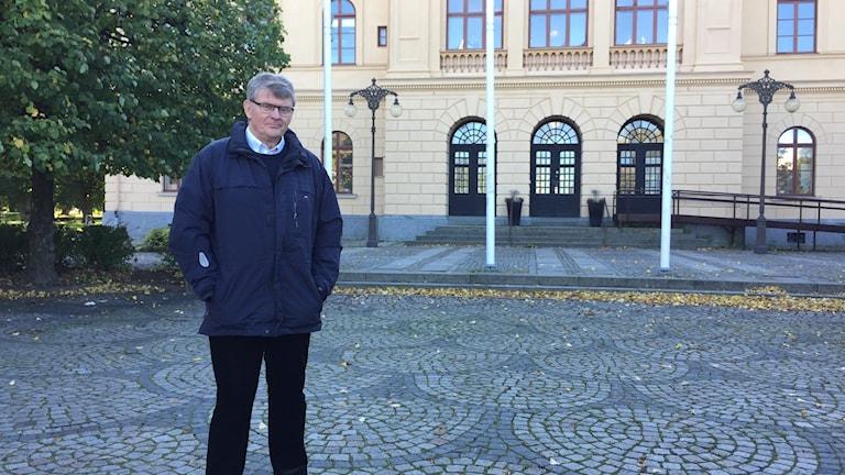 Anders Lif på Fiskartorget framför Rådhuset i Västerås, där en stor demonstration ägde rum för 100 år sedan.