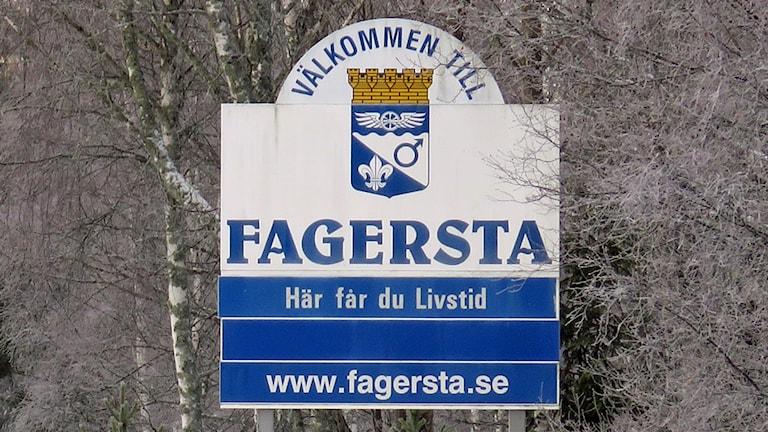 """Skylt med texten """"Välkommen till Fagersta. Här får du Livstid."""""""