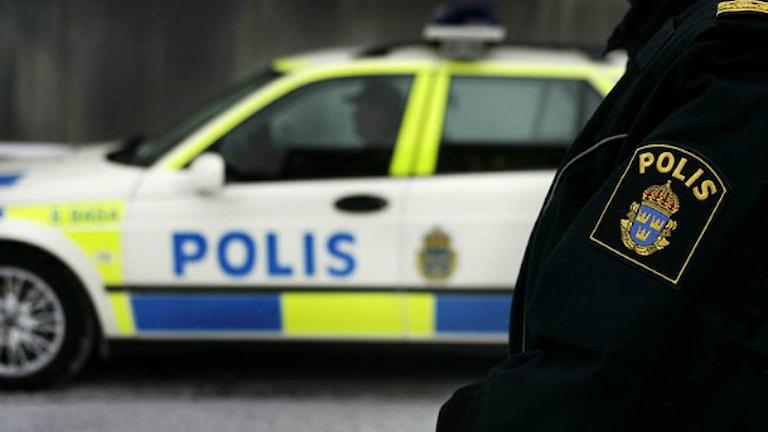 Polisman och en polisbil / Foto: Jessica Gow TT